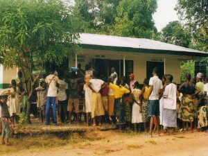 fioh.fund.sierra.leone.post.war.reconstruction. Internall displaced people queuing for food at Mile 91-1999